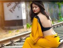 A famous Indian singer showed her hot and bold figure in saree, see photos